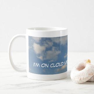 En la taza de café panorámica de la nube nueve