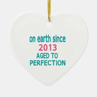 En la tierra envejecida desde 2013 a la perfección adorno de cerámica en forma de corazón
