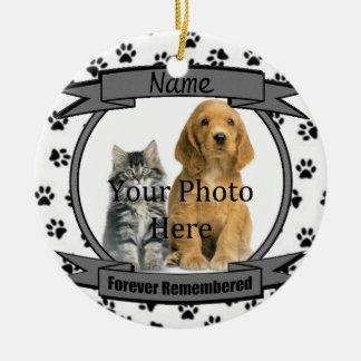 En memoria de su perro recordado para siempre adorno navideño redondo de cerámica
