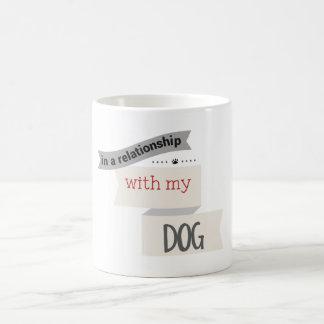 En una relación con mi taza del gris del perro