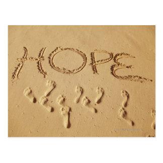 "Enarene la escritura ""esperanza"" en la playa con postal"