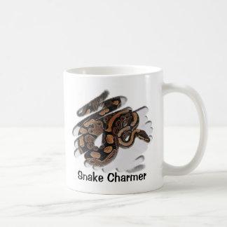 Encantador de serpiente taza de café