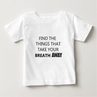 encuentre las cosas que eliminan su breat camiseta de bebé