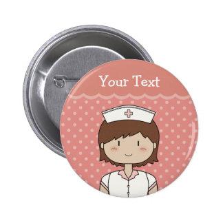 Enfermera con el pelo marrón corto chapa redonda de 5 cm