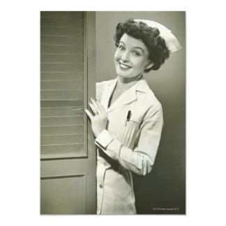 Enfermera de mirada furtiva invitación 12,7 x 17,8 cm