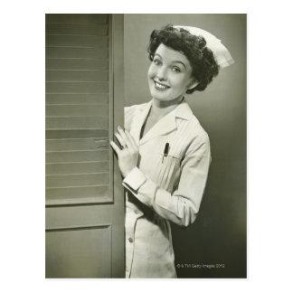 Enfermera de mirada furtiva postal