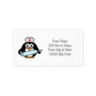 Enfermera divertida del pingüino con las etiquetas etiqueta de dirección