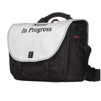 Enfermera en curso bolsas para ordenador