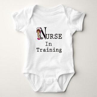 Enfermera en el entrenamiento body para bebé
