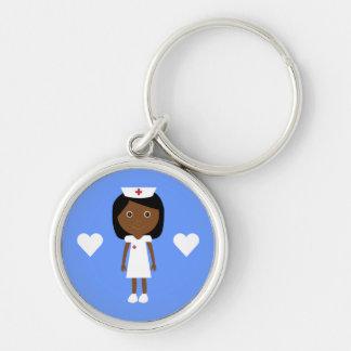Enfermera étnica y corazones del dibujo animado llavero redondo plateado