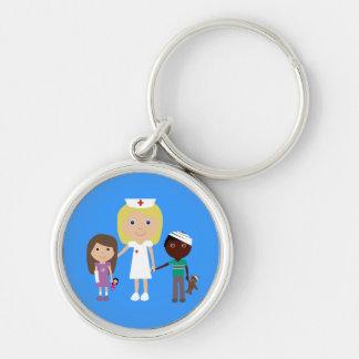 Enfermera linda del dibujo animado y azul llavero redondo plateado