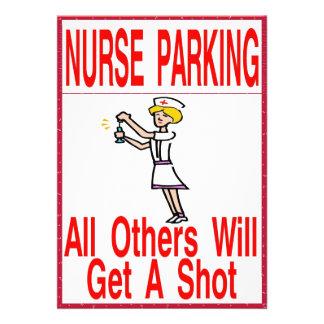 Enfermera que parquea solamente invitacion personalizada