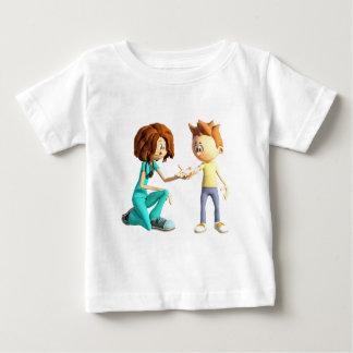Enfermera y Little Boy del dibujo animado Camiseta De Bebé