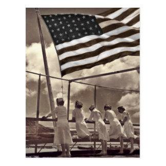 Enfermeras que miran una isla 1945 postal