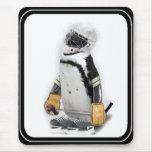 Engranaje del hockey del pequeño pingüino que alfombrilla de ratón