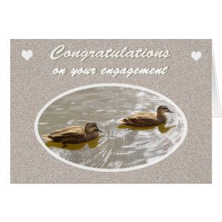 Enhorabuena en el compromiso, par de patos de tarjeta