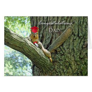 Enhorabuena en la graduación para el papá, ardilla tarjeta de felicitación