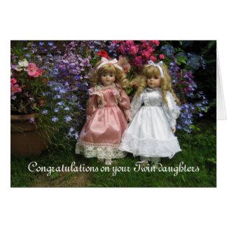 Enhorabuena en sus hijas gemelas tarjeta de felicitación
