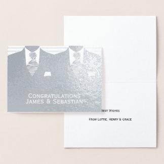 Enhorabuena gay de los novios del boda dos tarjeta con relieve metalizado