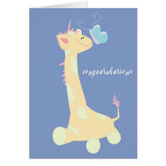 Enhorabuena (jirafa/mariposa del bebé) tarjeta de felicitación