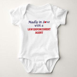Enojado en amor con un agente de aplicación de ley body para bebé