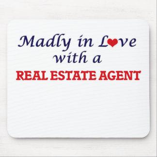 Enojado en amor con un agente inmobiliario alfombrilla de ratón