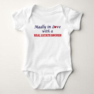 Enojado en amor con un agente inmobiliario body para bebé