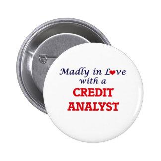 Enojado en amor con un analista de crédito chapa redonda de 5 cm