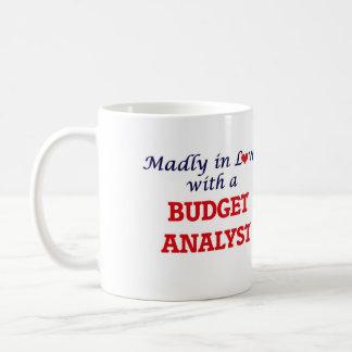 Enojado en amor con un analista del presupuesto taza de café
