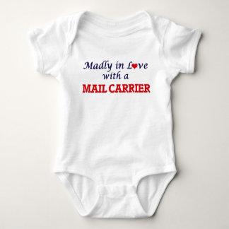 Enojado en amor con un cartero body para bebé