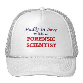 Enojado en amor con un científico forense gorro de camionero
