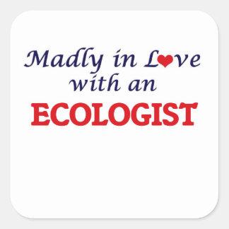 Enojado en amor con un ecologista pegatina cuadrada