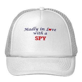 Enojado en amor con un espía gorras de camionero