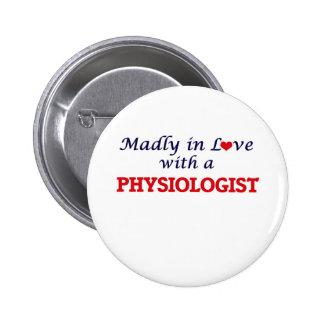 Enojado en amor con un fisiólogo chapa redonda de 5 cm