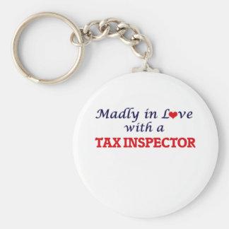 Enojado en amor con un inspector del impuesto llavero redondo tipo chapa