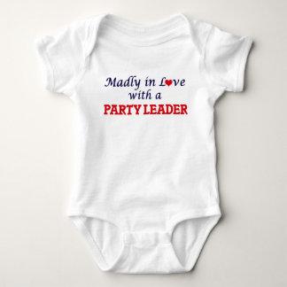 Enojado en amor con un líder de fiesta body para bebé