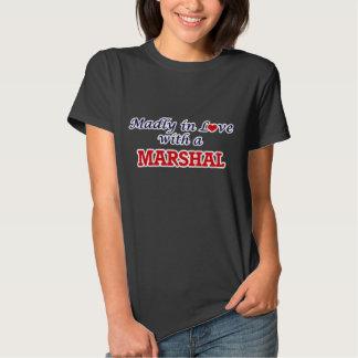 Enojado en amor con un mariscal camisas