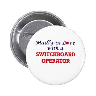 Enojado en amor con un operador de centralita chapa redonda de 5 cm