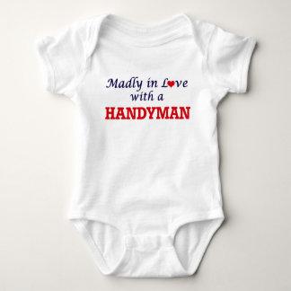 Enojado en amor con una manitas body para bebé