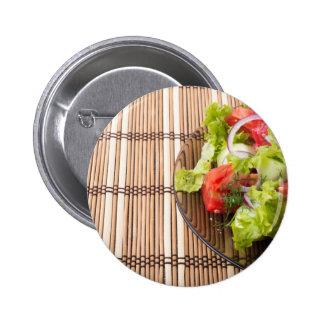 Ensalada vegetariana de verduras frescas en un chapa redonda de 5 cm
