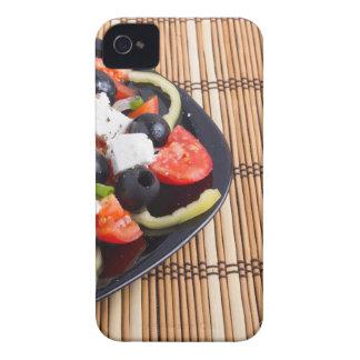 Ensalada vegetariana fresca en una placa negra en carcasa para iPhone 4 de Case-Mate