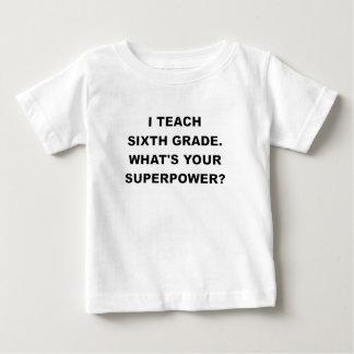 ENSEÑO SEXTO GRADO a CUÁL ES SU SUPERPOWER.png Camiseta De Bebé