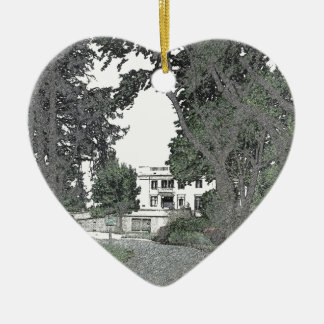 Entrada a la mansión a través de los árboles adorno de cerámica en forma de corazón