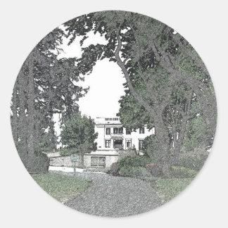 Entrada a la mansión a través de los árboles pegatina redonda