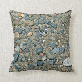 Entre una roca y un lugar duro cojín decorativo