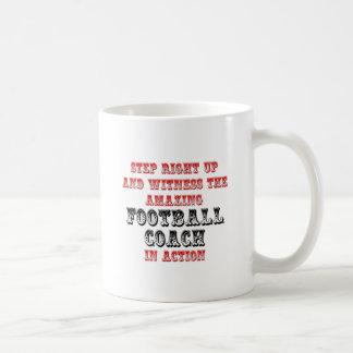 Entrenador de fútbol asombroso en la acción taza
