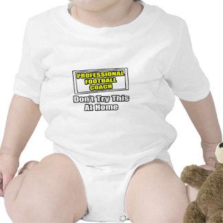 Entrenador de fútbol profesional. traje de bebé