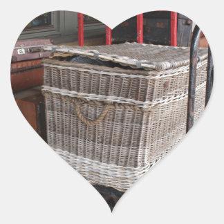 Equipaje y cesta de mimbre - gama del vintage pegatina en forma de corazón