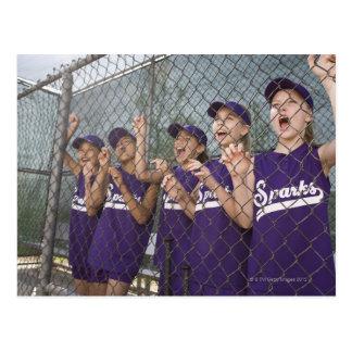 Equipo de la liga pequeña que anima en cobertizo tarjeta postal