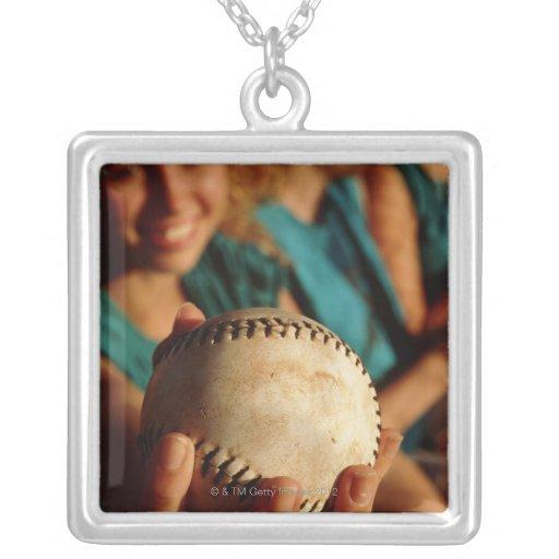 Equipo del softball de los adolescentes que se sie pendiente personalizado